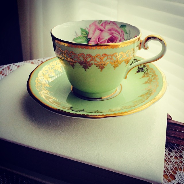 Glorious green with gold accents. Pink roses signify elegance & femininity. #teacup #elegance #green #gold More pictures & cups at: teacup-treasure.com/catalogue