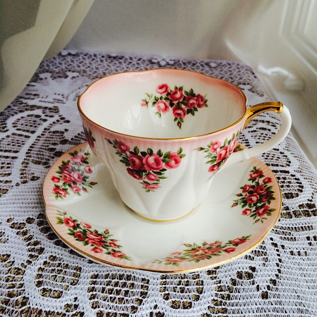 White & rosy Royal Albert. Email if interested. Ships Worldwide. Paypal accepted. More cups at http://teacup-treasure.com/catalogue #teacup4sale #teacupforsale #tea #teacup #teacups #teatime #vintage #daintydinaseries #royalalbert